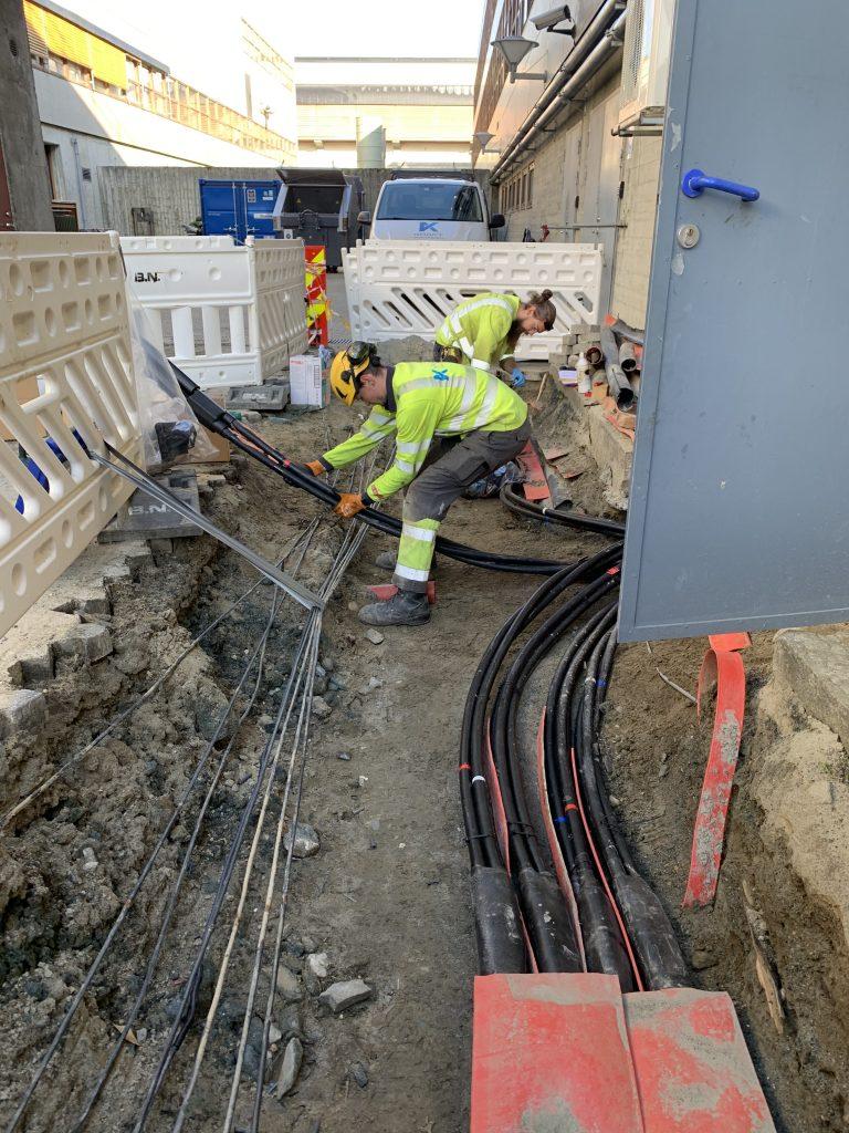 Kraftmontasjen strekker kabler til ny trafostasjon på NTNU Gløshaugen.